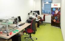 navstevnici-meli-moznost-si-prohlednout-laboratovni-vybaveni-zde-konfokalni-mikroskop-a-3D-tiskarna