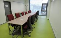 malá zasedací místnost pro 12 osob v 2.NP - pohled od dveří