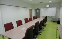 malá zasedací místnost pro 12 osob v 2.NP - pohled od okna