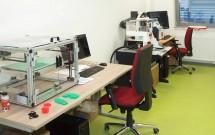 laboratoř s 3D tiskárnou a konfokálním mikroskopem