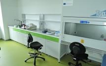 laboratoř s flowboxem a digestoří